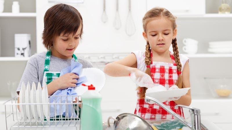 Cómo conseguir que los niños ayuden en las tareas domésticas