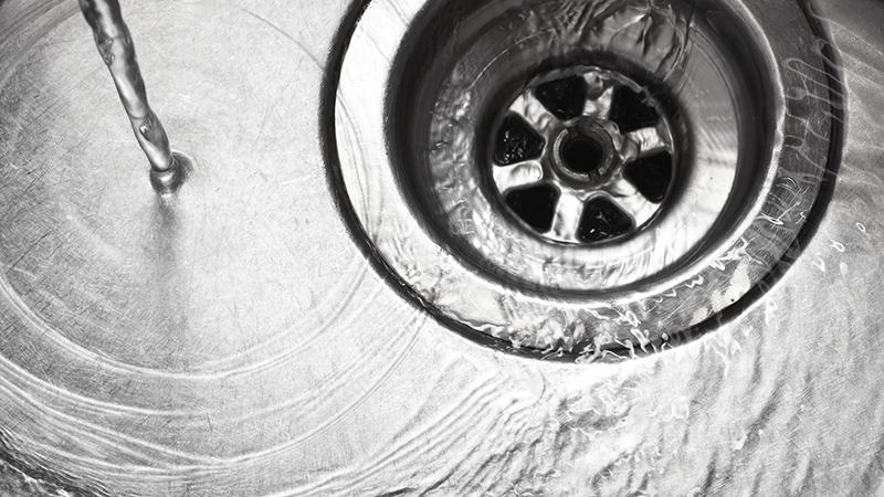 3 trucos para destascar el desagüe del fregadero