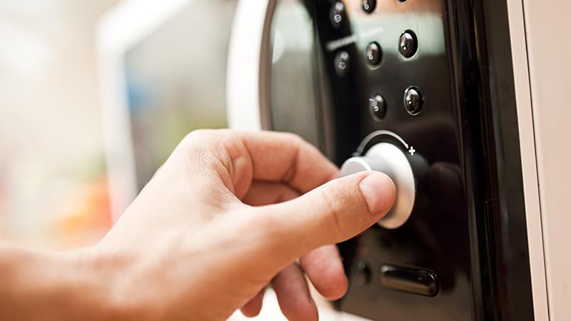 Trucos sencillos para limpiar el microondas