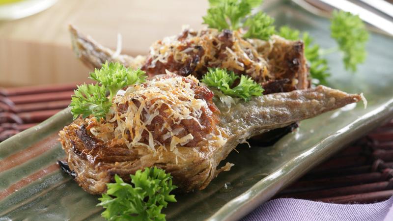 Alcachofas fritas rellenas de carne