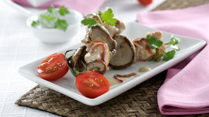 Brocheta de conejo y setas con salsa de anchoas