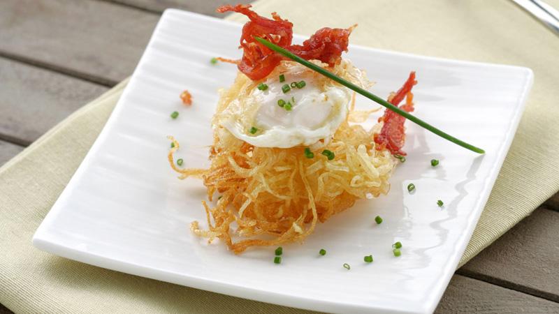Nido de patatas con huevo y juliana de ibérico