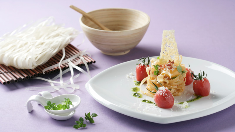 Noodles salteados con speck, cherrys, parmesano y albahaca