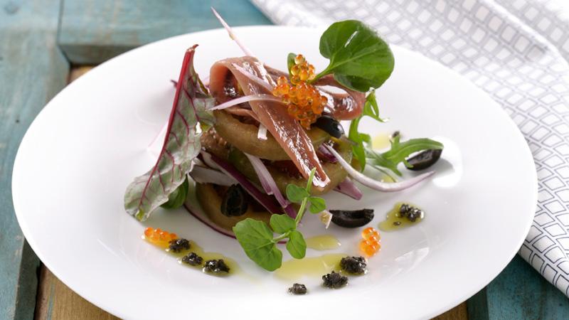 Ensalada de tomate raf, anchoas y huevas de salmón