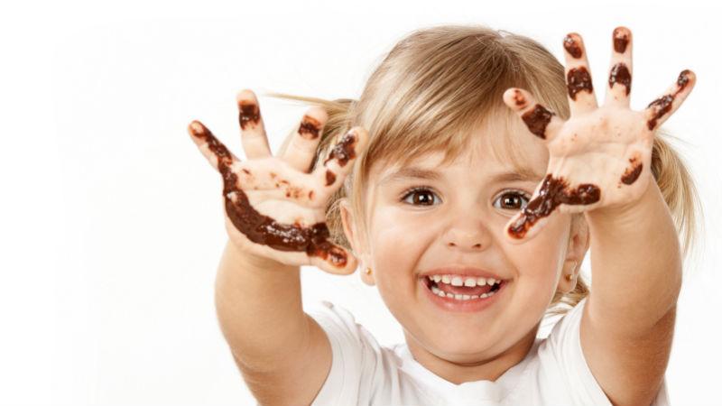 Como quitar manchas de chocolate del sofá
