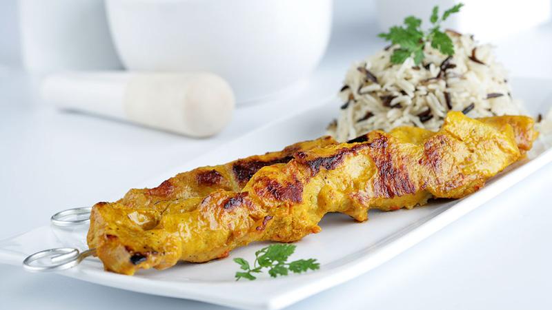 Pincho moruno con curry y arroz salvaje