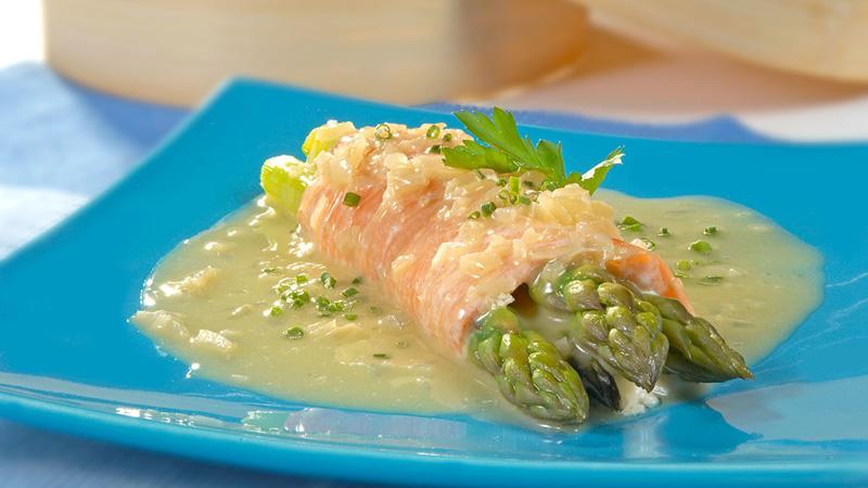 Rollitos de salmón con espárragos y salsa de mantequilla