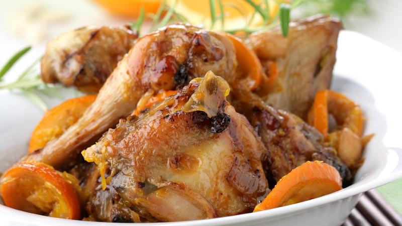 Pollo guisado con naranjas y almendras