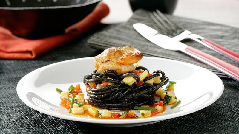 Espaguetis negros con vieiras, verduritas y sobrasada