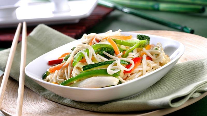 Wok de verduras y fideos chinos