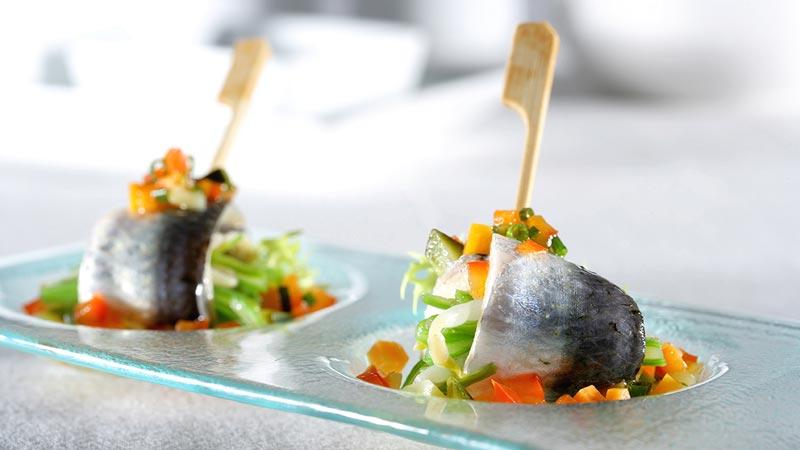 Sardinas marinadas con judías verdes y brotes de soja