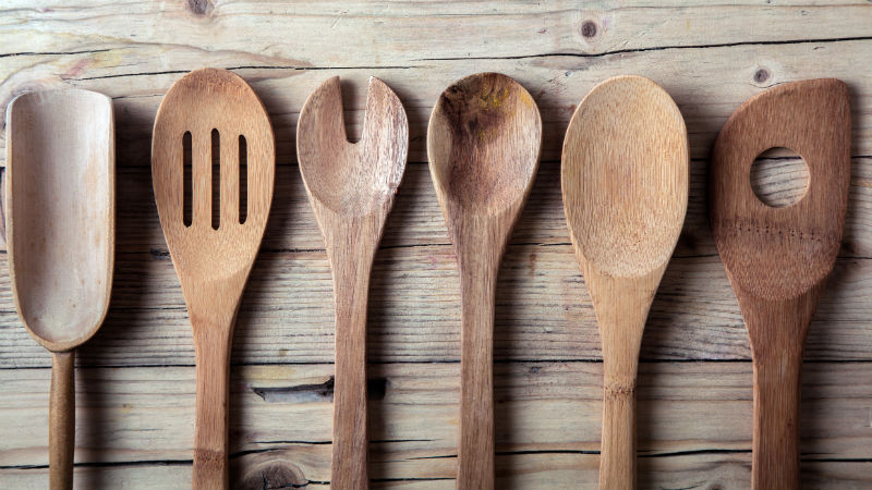C mo limpiar utensilios de cocina de madera flota for Utensilios de hogar