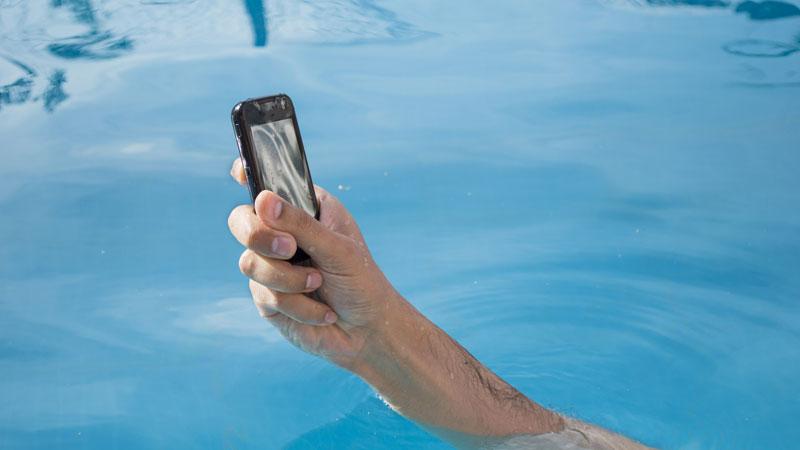 ¿Qué hacer si tu teléfono móvil cae al agua?