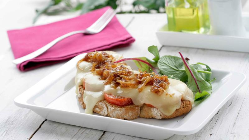 Tosta de tomate, queso y cebolla caramelizada