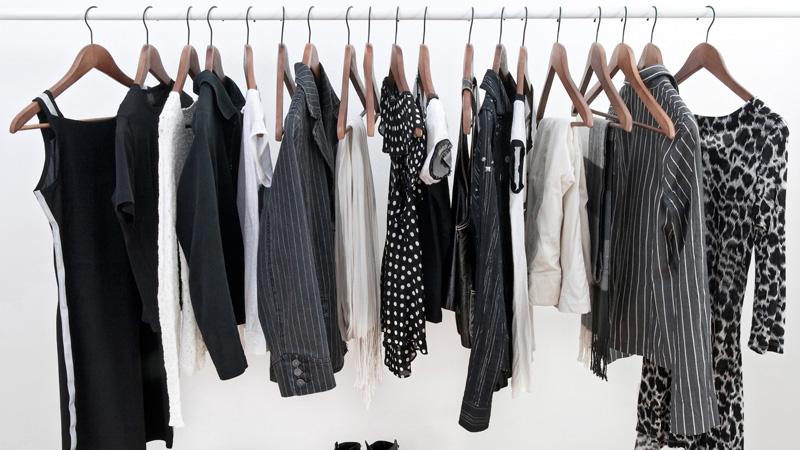Trucos para evitar que la ropa negra se decolore