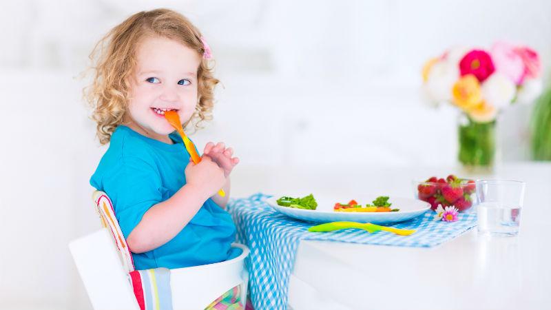 Qué hacer para enseñar a los niños a comer de todo