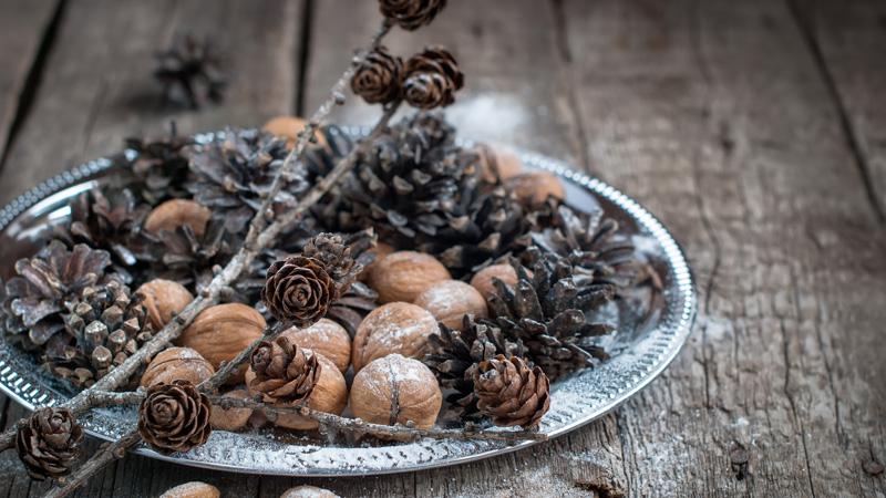 Elementos de la naturaleza para decorar la mesa