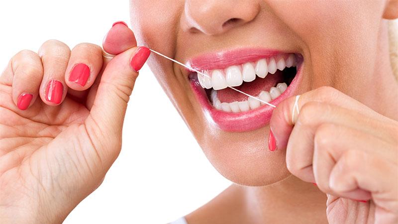Cómo usar el hilo dental correctamente