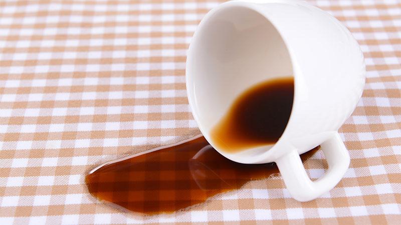 Cómo quitar manchas de café de la ropa