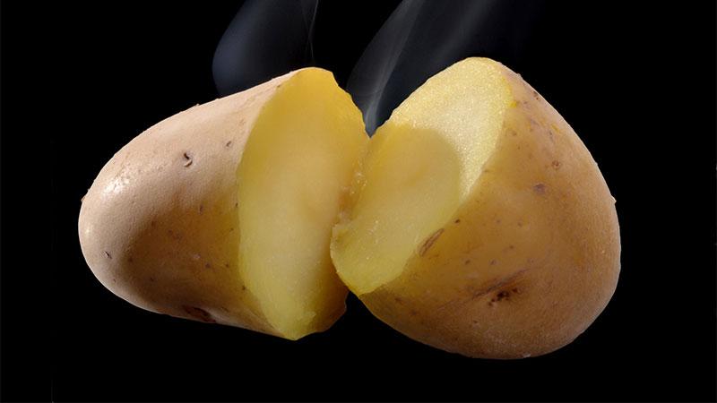 Truco c mo pelar una patata cocida en segundos flota - Cuanto tiempo tarda en cocerse una patata ...