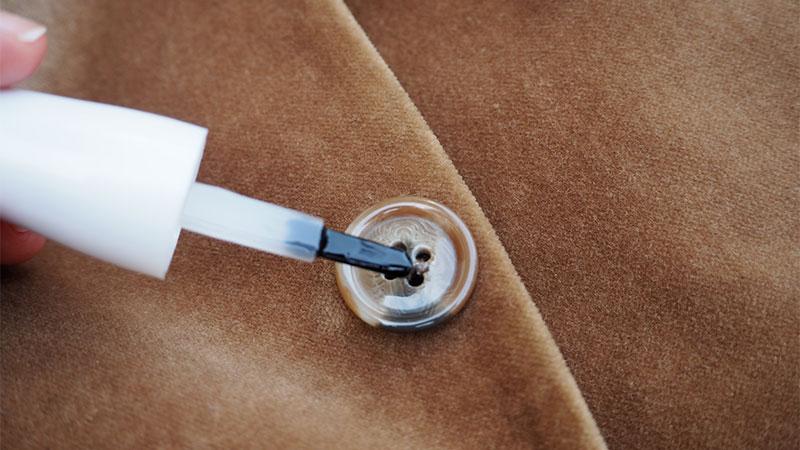 Trucos para la ropa: fijar un botón con esmalte