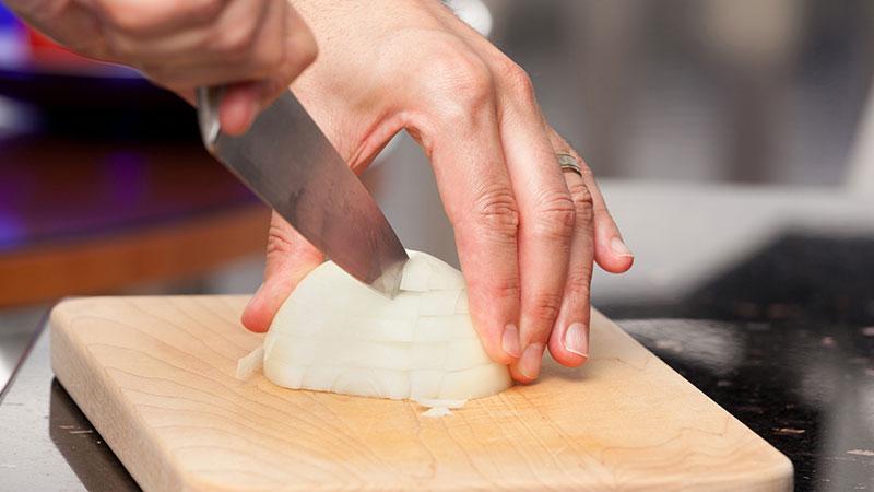 Trucos para cortar cebolla sin que nos lloren los ojos