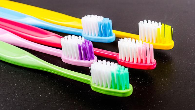 Usos un cepillo de dientes en la limpieza del hogar