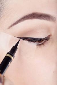 Dibujar eyeliner con celo