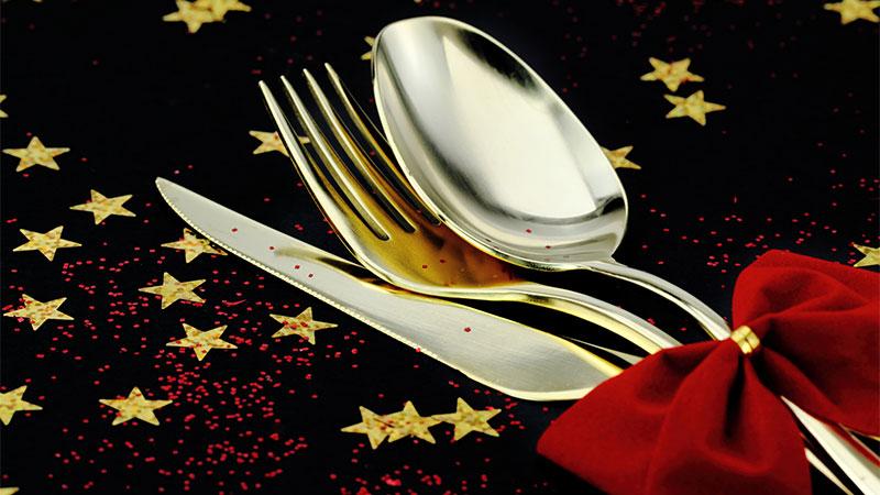 Ideas para presentar los cubiertos en la mesa en Navidad