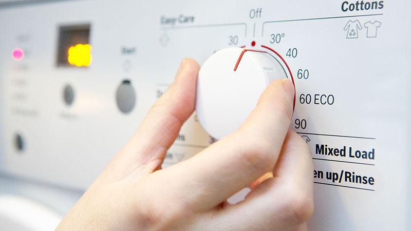 Gestos con los que ahorrar energía durante la limpieza del hogar