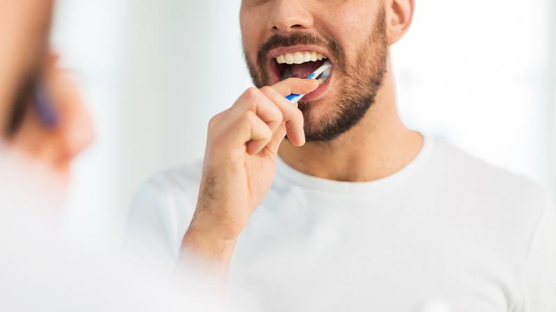 Cómo quitar manchas de pasta de dientes al momento