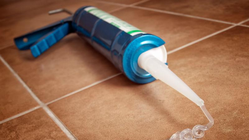 Cómo limpiar silicona: manchas y exceso