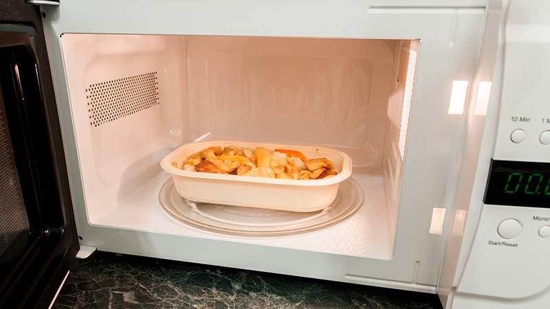 ¿Qué recipientes son más seguros para calentar en el microondas?