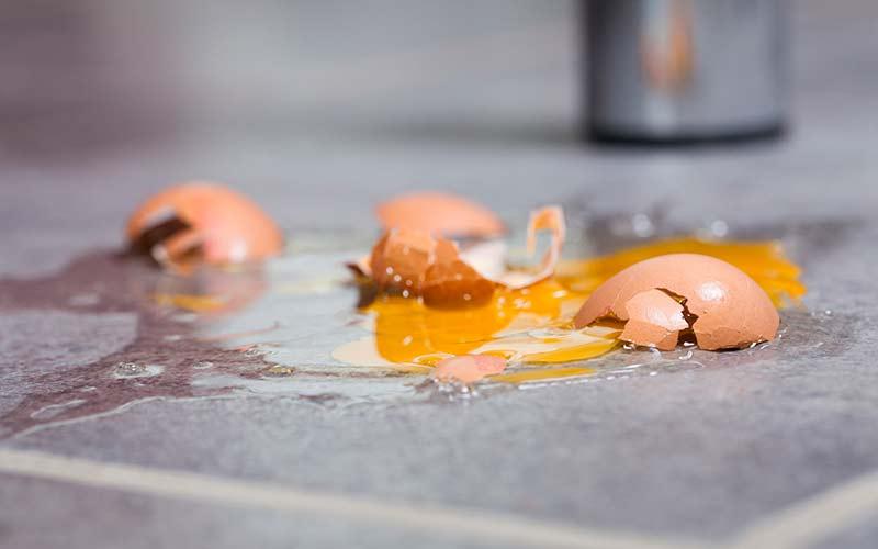 Trucos para limpiar manchas de huevo