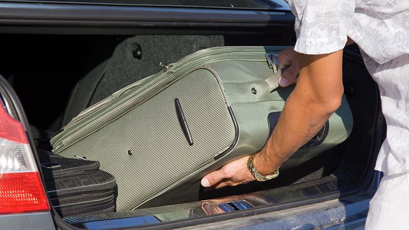 Cómo cargar maletas para proteger la espalda