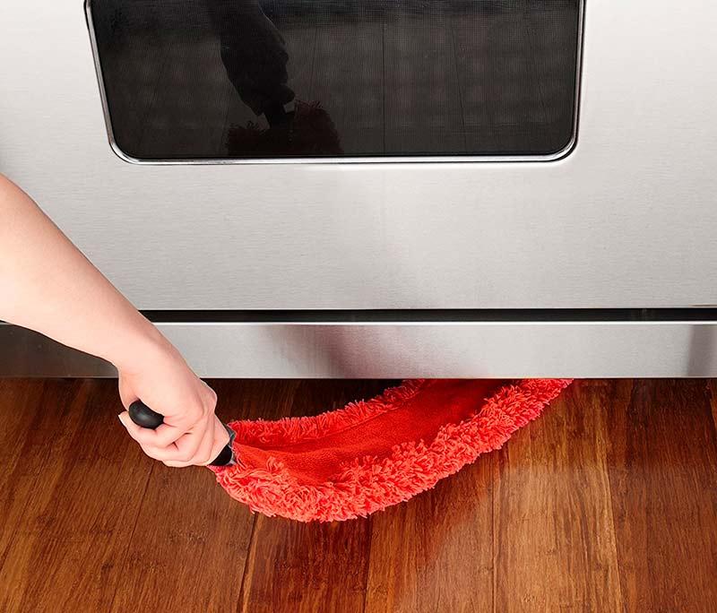 plumero bajo los electrodomésticos