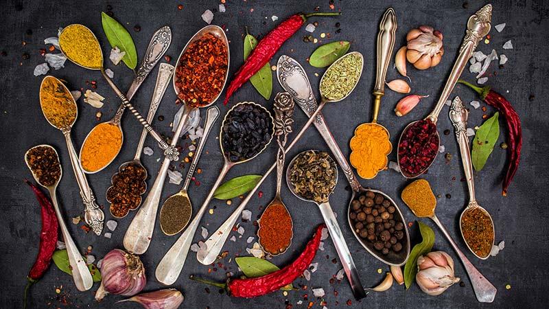 Diez especias que no deben faltar en tu cocina