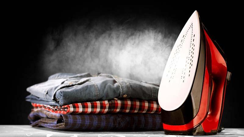 Cómo evitar que la plancha manche la ropa