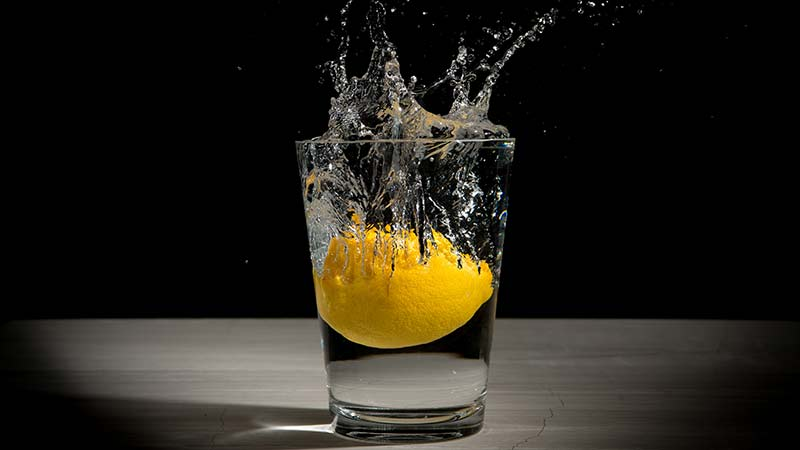 beneficios que no sabías de beber agua con limón