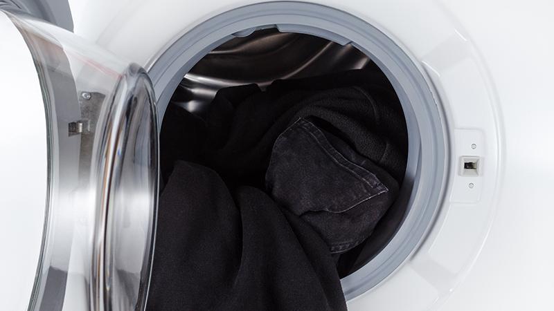 Cómo lavar la ropa oscura para reducir la decoloración