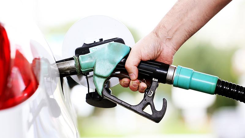 pasos sencillos para eliminar manchas de gasolina y su olor