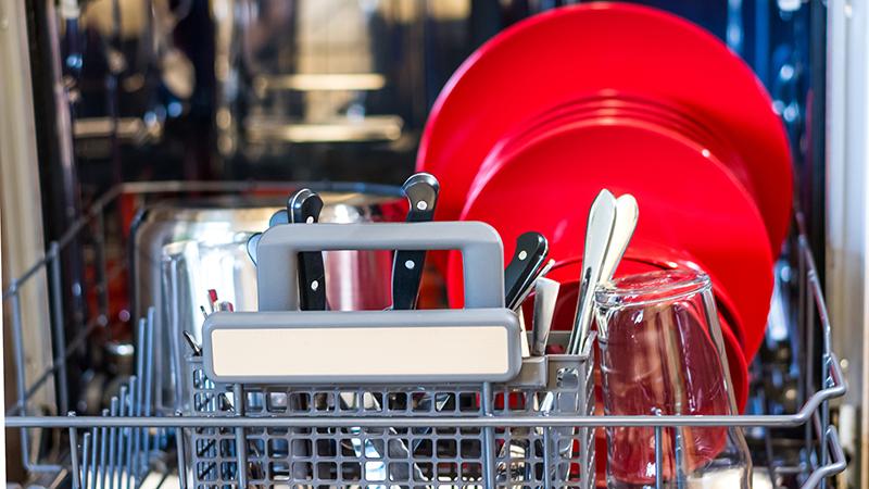 10 errores al poner el lavavajillas que seguro cometes