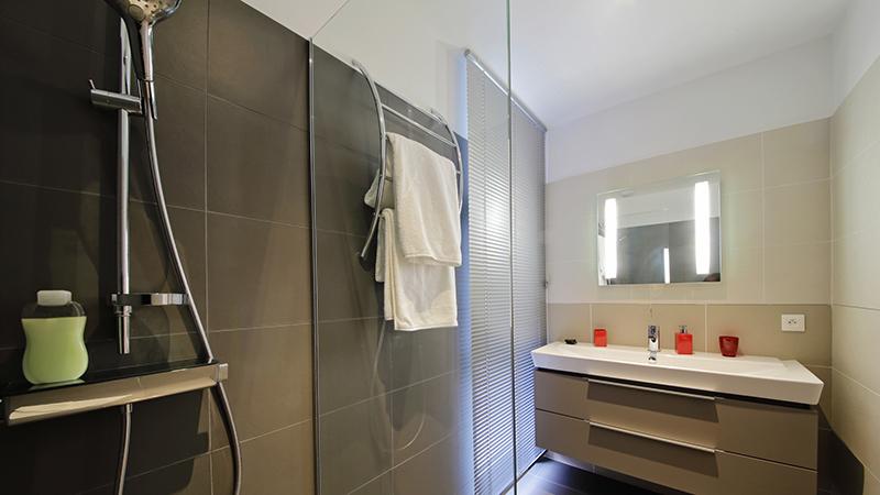 Consejos para hacer que tu mampara de ducha brille