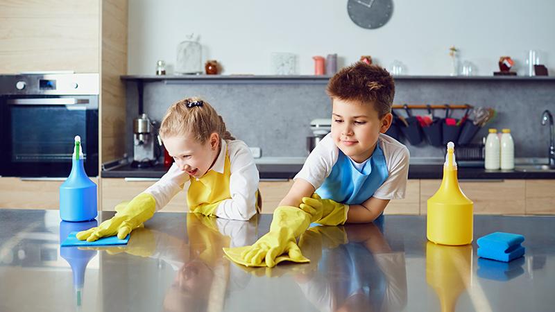 Edades recomendadas para iniciar a tus hijos en las tareas del hogar