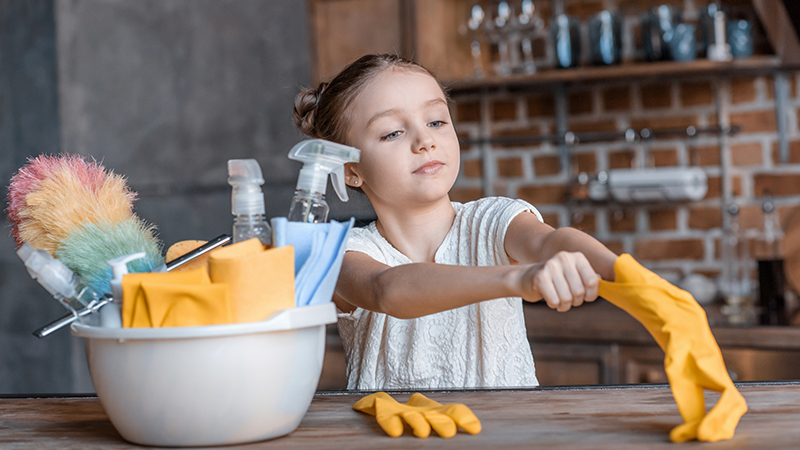 Tareas de limpieza para niños que tus hijos deberían aprender