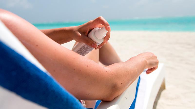 Cómo eliminar manchas de protector solar de la ropa