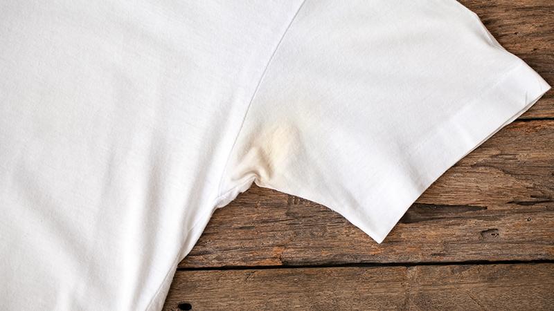 Cómo eliminar las manchas de sudor de las axilas (y el mal olor)